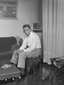 07 / 1958 Nella foto: lo scrittore Dino BUZZATI ( Dino BUZZATI TRAVERSO 1906 Belluno - 1972 Milano ) nella sua casa FARABOLAFOTO 289625